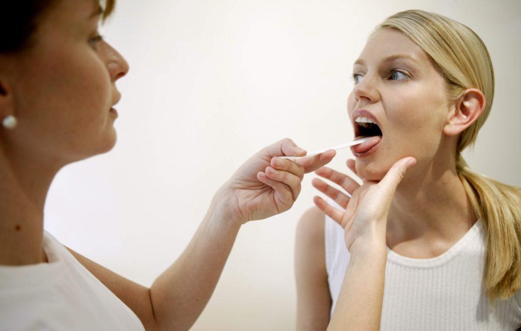 Почему появляются язвы на гландах и чем их лечить?