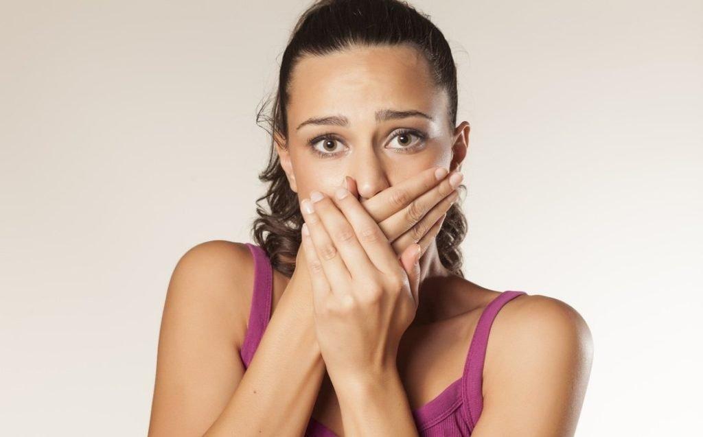 Почему образуются дырки в гландах и как лечить патологию миндалин?