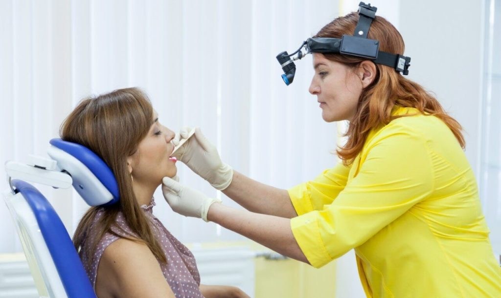 Белый налет на миндалинах: на какое заболевание гланд указывает и как лечить