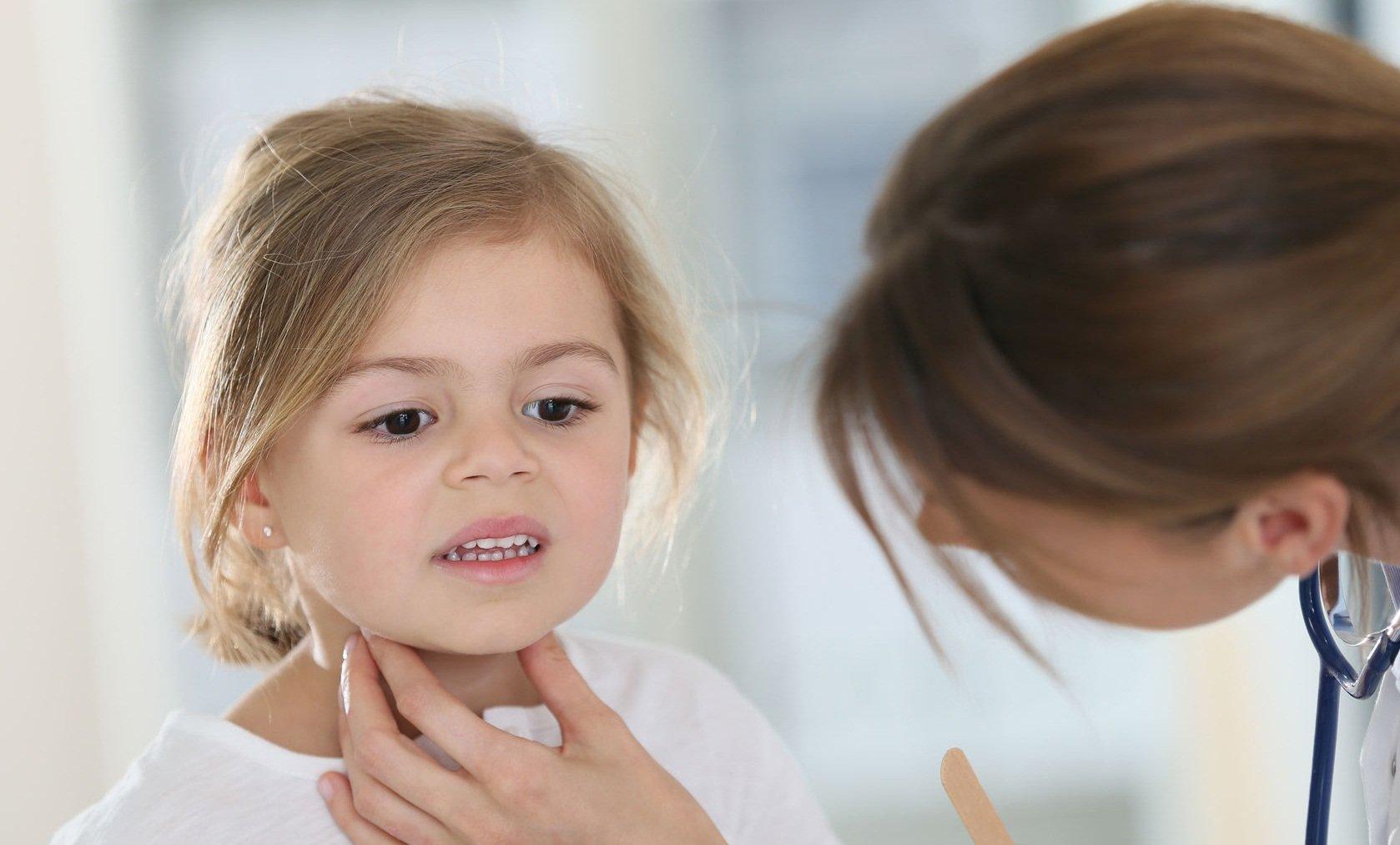 Опухла миндалина с одной стороны больно глотать