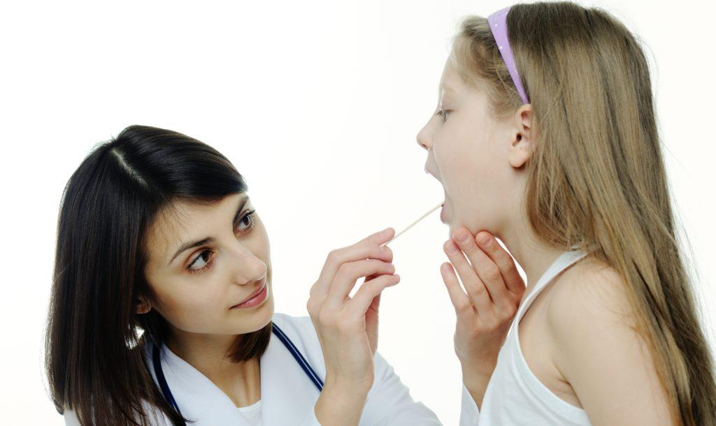 Небный язычок прилип к миндалине: что это значит и что делать?