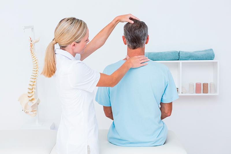 пациент у врача с жалобами на позвоночник