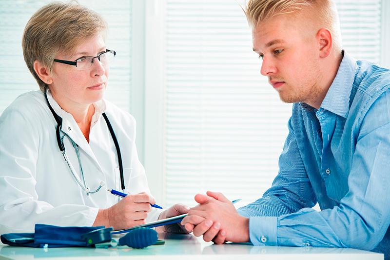 врач объясняет иммунные клетки пациенту