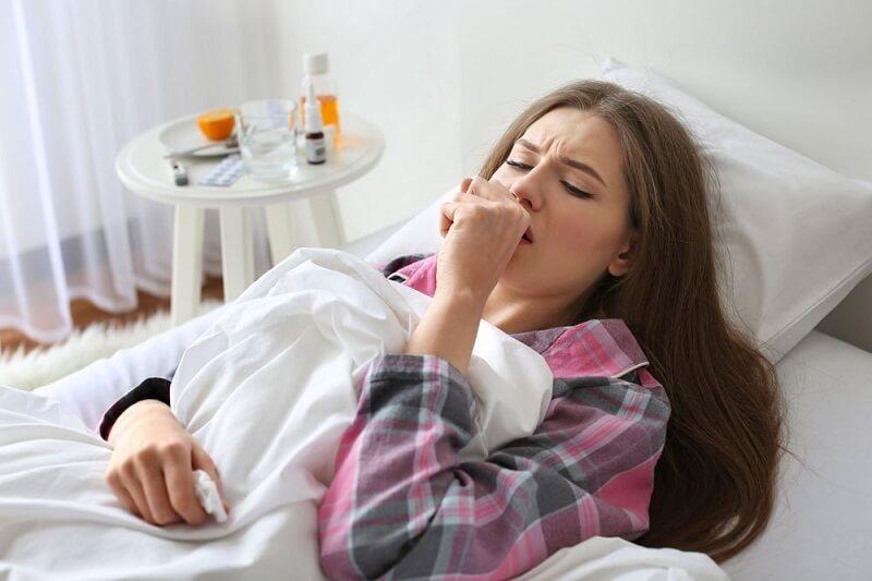 девушка с пневмонией кашляет