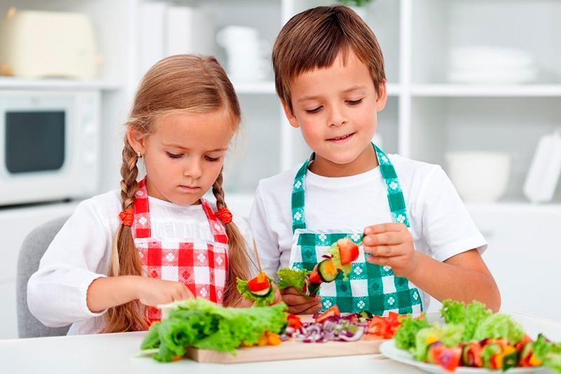 дети за едой